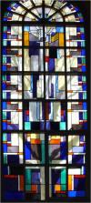 Pasen wordt nogal abstract weergegeven als een overvloed van licht. Bovenin het raam is een duif afgebeeld, wijzend op het verhaal van Noach die uit de ark kon komen nadat de duif niet weer terugkwam. Ook is de duif een verwijzing naar het laatste raam: Pinksteren