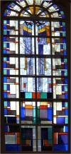 Net als de goede herder zijn leven waagt voor zijn schapen, zo geeft Jezus zijn leven om zijn mensen te redden. Het kruis is flauw zichtbaar aangegeven. Bij de bouw van de kerk in 1841 was onder dit raam de kansel.
